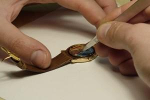 cambiar la pila de un reloj