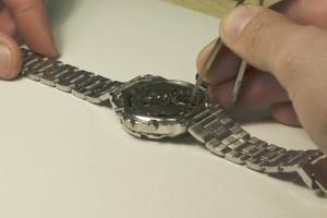 sacar la pila a un reloj de pulsera