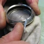 Bruñido de la caja de un reloj de bolsillo