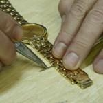 Colocando el pasador a la pulsera de un reloj