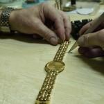 Extraer un pasador de la pulsera de un reloj usando pinzas